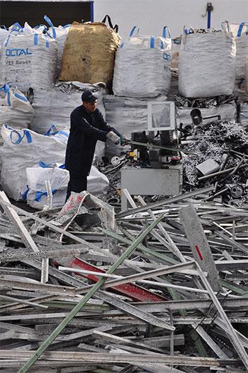 Agent de l'équipe en train de couper des métaux et déchets industriels sur le site de la société de recyclage Valdeme au Maroc