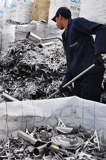 Agent de l'équipe trier des métaux et déchets industriels sur le site de la société de recyclage Valdeme au Maroc